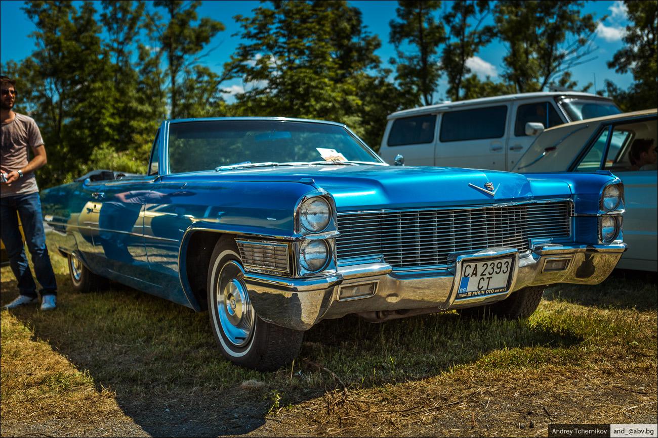 Выставка старых американских автомобилей.